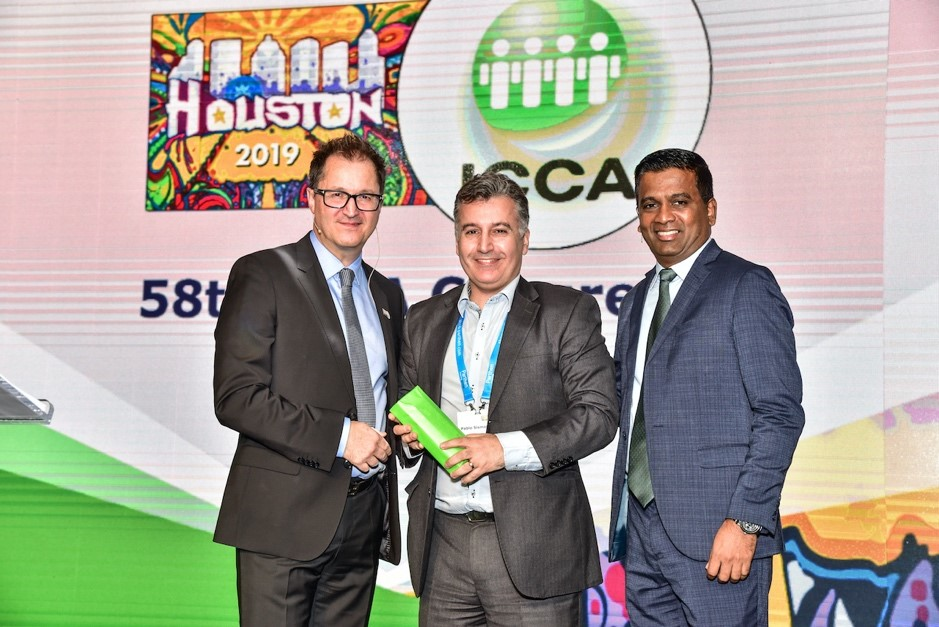 Pablo Sismanian recibe reconocimiento por sus seis años en el Board de ICCA por parte del Presidente y el CEO de la asociación.